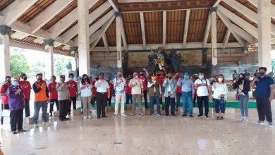 Photo of Kenang Perjuangan Pak Rai, YKP-Kwarda Bali Bagi Sembako di 3 Titik Bersejarah