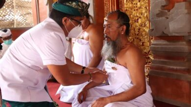 Photo of Dukung Sulinggih, Giri Prasta Sematkan PIN dan Dana Punia 100 Juta
