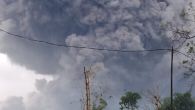 Photo of Semeru Muntahkan Awan Panas, Guguran Sejauh 4,5 Km