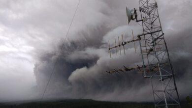 Photo of Muntahkan Awan Panas dan Lava Pijar, Semeru Waspada