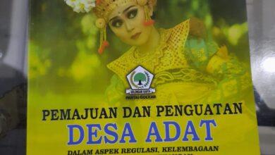 Photo of Golkar Bali Hadiahkan 3 Buku untuk Airlangga Hartarto